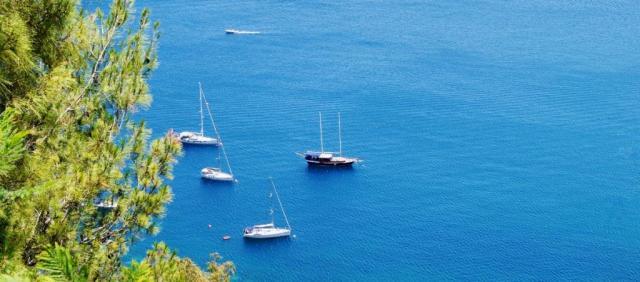 Bateaux à voile sur la mer Sicilienne