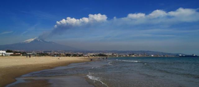 Etna vu de la plage